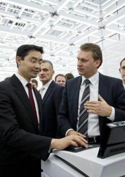 Philip Rösler testet neuen Audi Dienst auf der CEBIT 2012