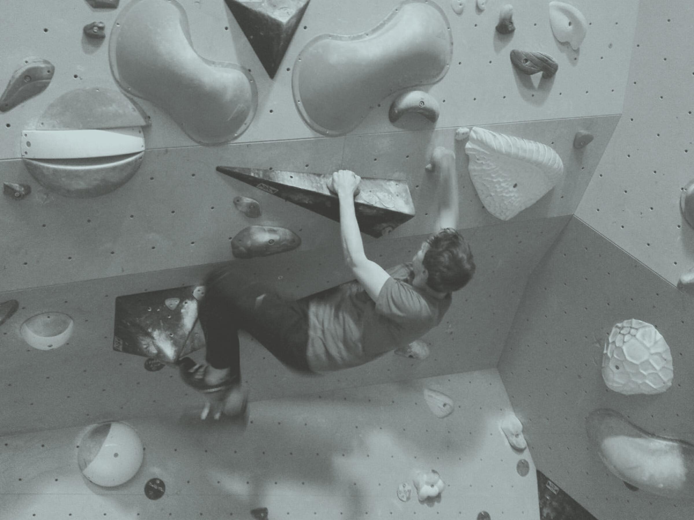 Mann beim Bouldern