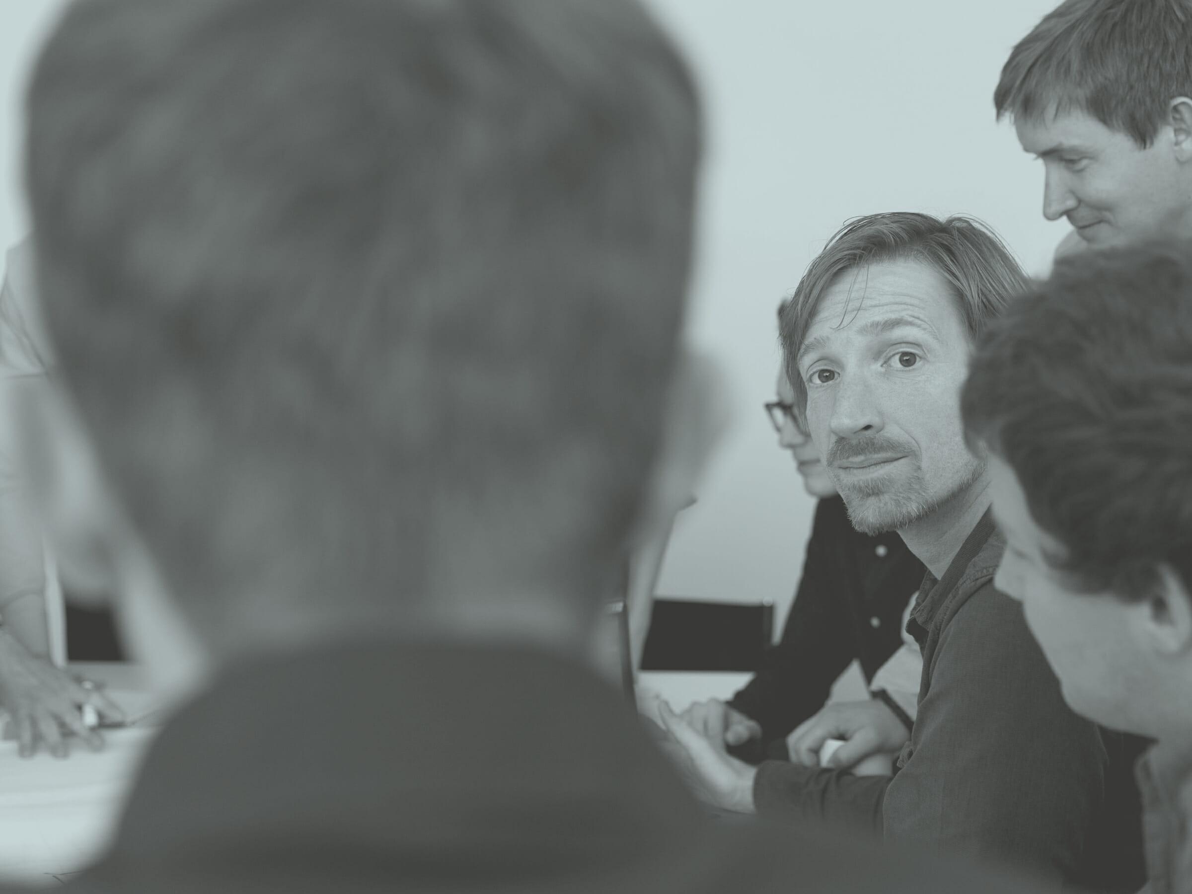 Alexander Godschachner bei Teambesprechung