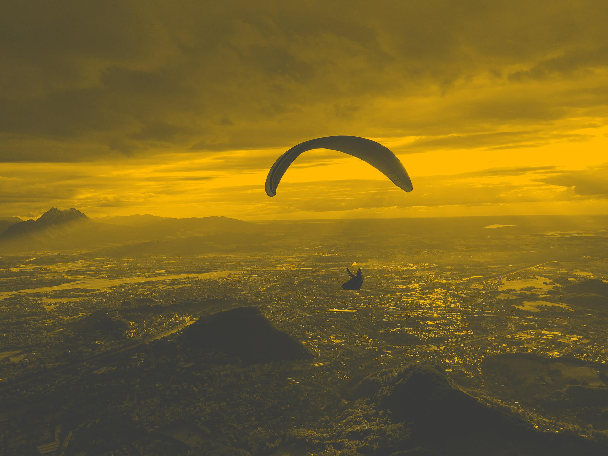 Paraglider über Salzburg