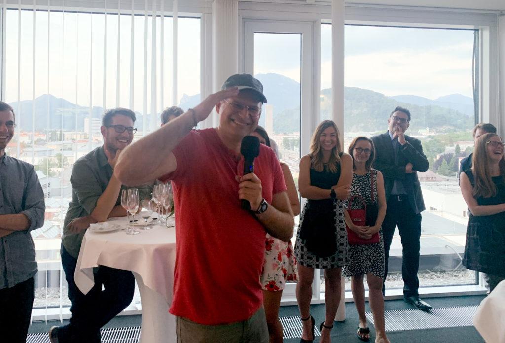 Bernhard Zagel bei seiner Ansprache. Großes Gelächter unter den Gästen.