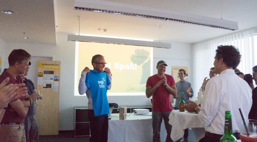 Bernhard Reich überreicht Stefan Krampe ein Agit Team T-Shirt