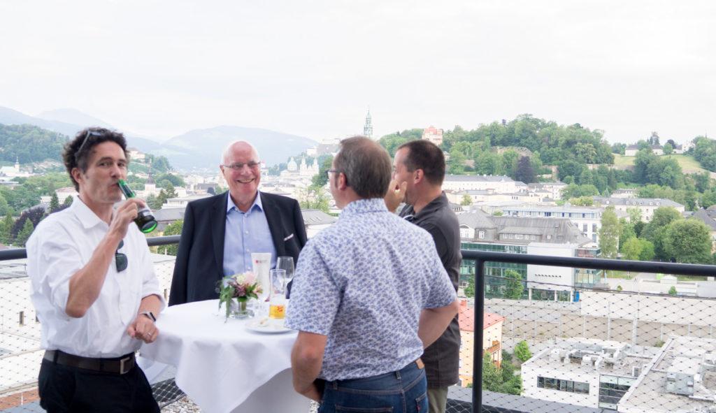Gäste der Jubiläumsfeier vor Altstadt