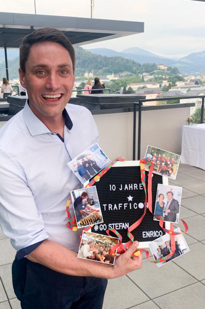 Enrico Steiger überreicht sein Geschenk an Stefan Krampe