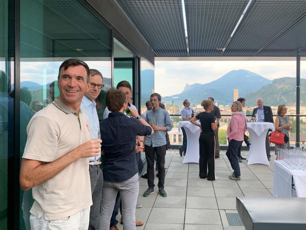 Gäste der Feier und Ausblick auf den Gaisberg