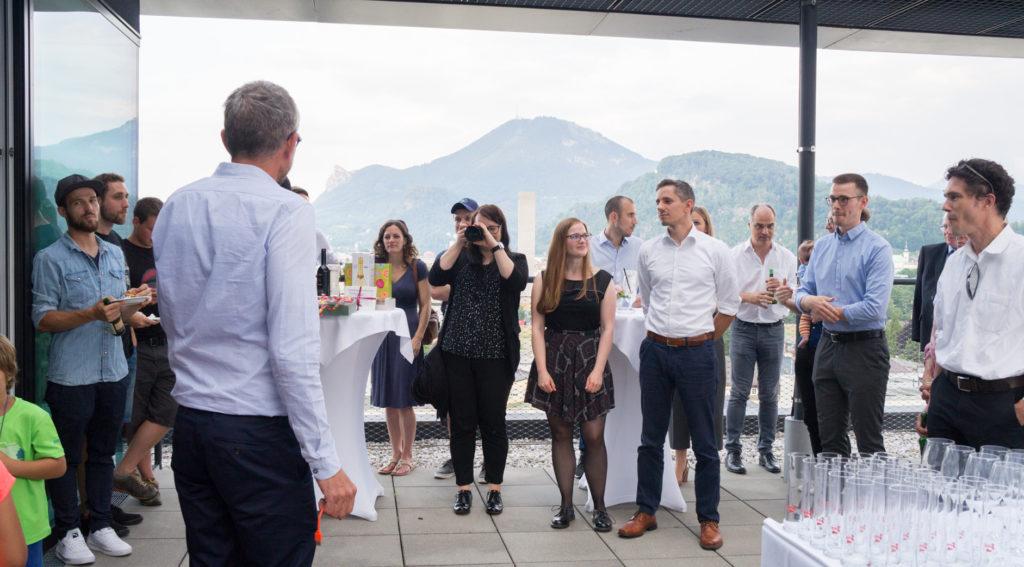 Geschäftsführer Stefan Krampe hält Ansprache. Gäste lauschen gespannt. Tobias Bogner schmiedet Pläne.