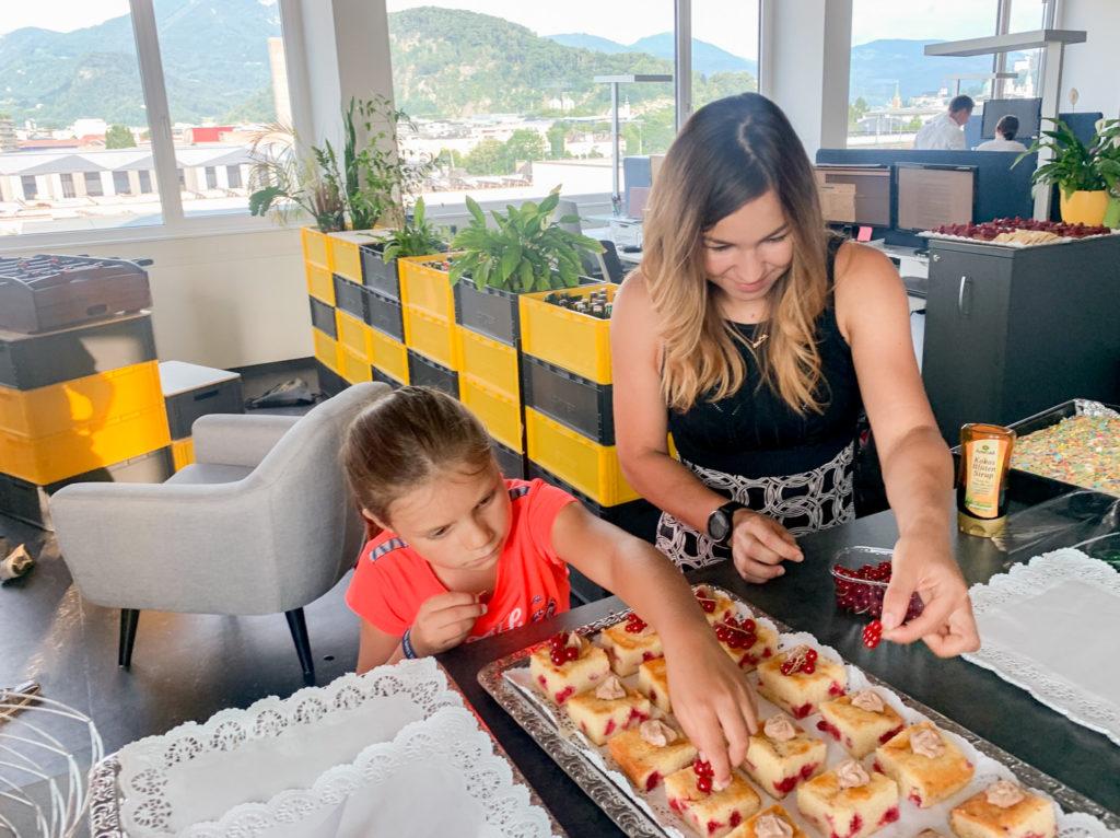 Kuchen wird noch dekoriert im Trafficon Büro
