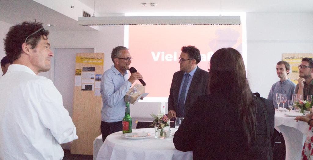 Stefan Krampe erhält Geschenk von Landeshauptmann