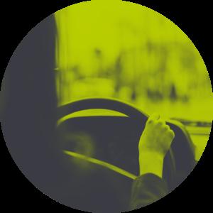 Frau hinterm Steuer eines teilautomatisierten Fahrzeugs