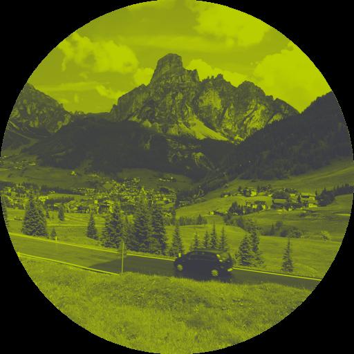 Straße in Tirol vor Berglandschaft